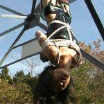奴隷志願のマゾ人妻を鉄塔で宙吊り緊縛拘束して激痛スパンキングする露出SM動画